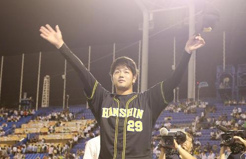 ヤクルト対阪神 3勝目を挙げ、ファンの声援に応える阪神高橋遥人(撮影・前田充)