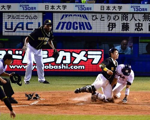 7回裏ヤクルト1死三塁、三塁走者の山田哲(右)はバレンティンの中飛で本塁を狙うもタッチアウト。捕手梅野、後方左は阪神2番手で登板したドリス(撮影・小沢裕)