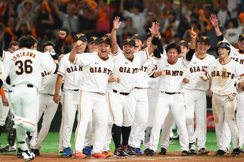 巨人対DeNA 11回裏巨人無死二塁、サヨナラ2点本塁打を放った石川(左端)を笑顔で迎える阿部(中央)らナイン(撮影・足立雅史)