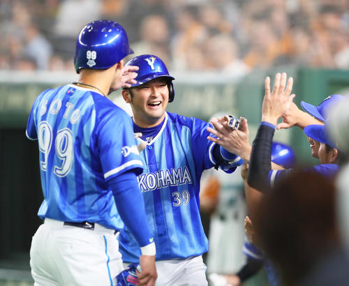 巨人対DeNA 8回表DeNA2死三塁、嶺井は左越え2点本塁打を放ち笑顔を見せる(撮影・足立雅史)