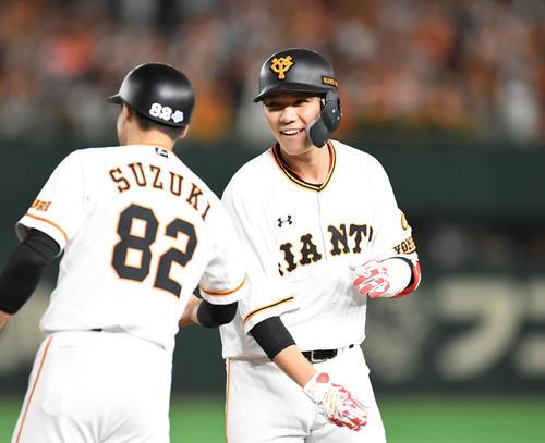 巨人対DeNA 9回裏巨人2死一、二塁、適時打を放った坂本勇は笑顔(撮影・山崎安昭)