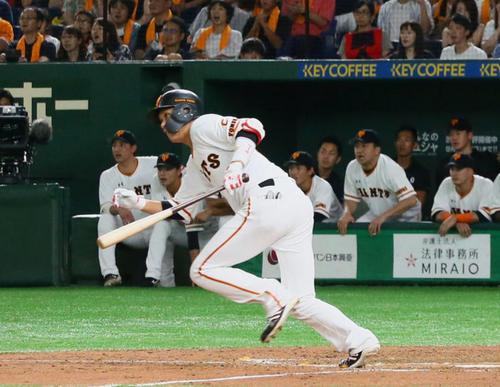 巨人対DeNA 9回裏巨人2死一、二塁、坂本勇は左前適時打を放つ(撮影・足立雅史)