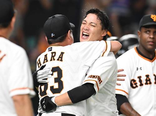 巨人対DeNA 11回裏巨人無死二塁、サヨナラ2点本塁打を放った石川(中央右)は原監督と抱き合って喜ぶ(撮影・山崎安昭)