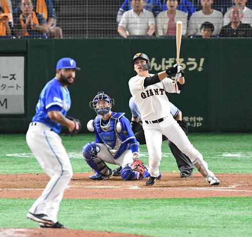 11回裏巨人無死二塁、代打石川慎吾はサヨナラの2点本塁打を放つ(撮影・加藤諒)