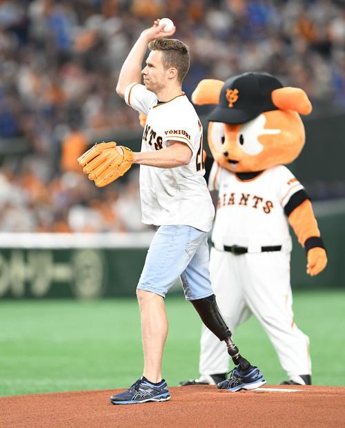 巨人対DeNA 始球式で投球するレーム(撮影・山崎安昭)