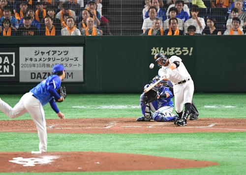 4回裏巨人1死一塁、ゲレーロは勝ち越しの2点本塁打を放つ(撮影・加藤諒)