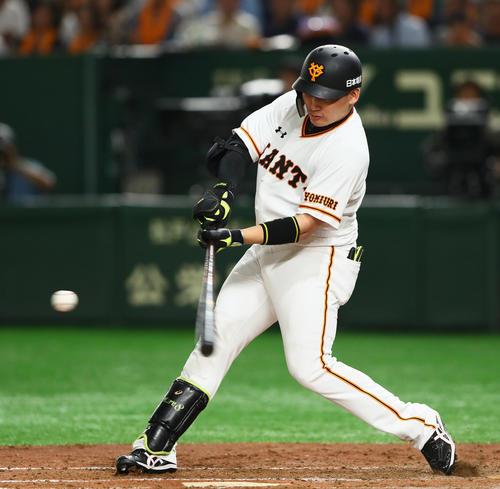 巨人対DeNA 4回裏巨人1死、右越え本塁打を放つ丸(撮影・足立雅史)