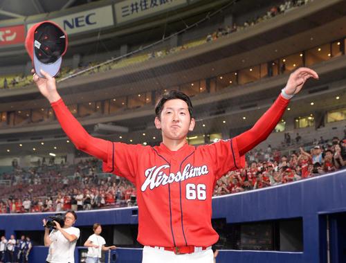 中日対広島 プロ初セーブの遠藤はファンの声援に応える(撮影・前岡正明)