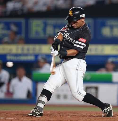 ロッテ対ソフトバンク 3回表ソフトバンク1死一塁、本塁打を放つ中村晃(撮影・中島郁夫)