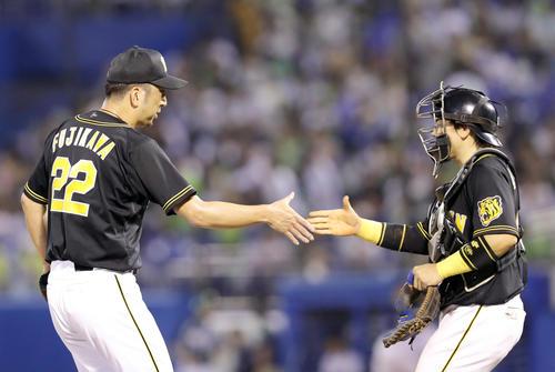 ヤクルト対阪神 最後を締めた藤川(左)は通算234セーブでサファテに並び、梅野と握手を交わす(撮影・前田充)