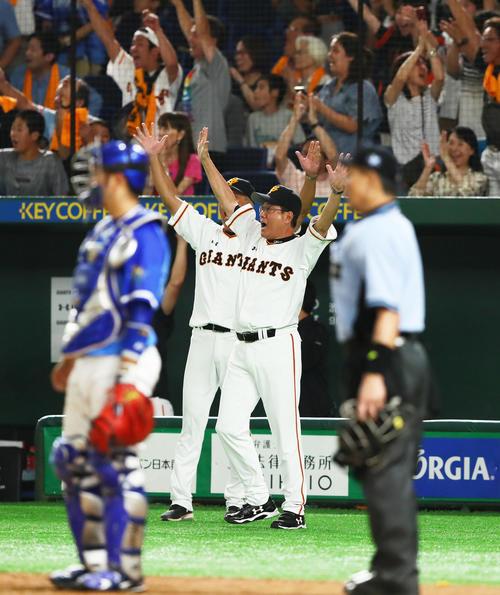巨人対DeNA 11回裏巨人無死二塁、石川のサヨナラ2点本塁打をバンザイで喜ぶ原監督(中央)(撮影・足立雅史)