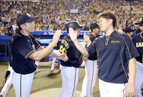 ヤクルト対阪神 ヤクルトに勝利し、勝利投手の西(右)とタッチを交わす矢野監督(撮影・前田充)