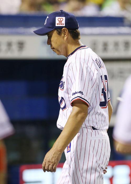 ヤクルト対阪神 8回表を前に選手交代を告げた小川監督は険しい表情でベンチに戻る(撮影・河野匠)