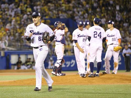 ヤクルト対阪神 4回表阪神1死二、三塁、降板となる田川(左手前)(撮影・河野匠)