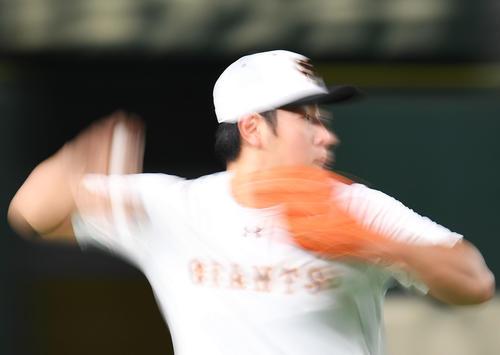 巨人対DeNA 試合を前にノックを受ける巨人の岡本(撮影・加藤諒)