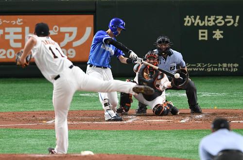 巨人対DeNA 3回表DeNA1死三塁、乙坂は左翼へ適時打を放つ。投手山口(撮影・山崎安昭)