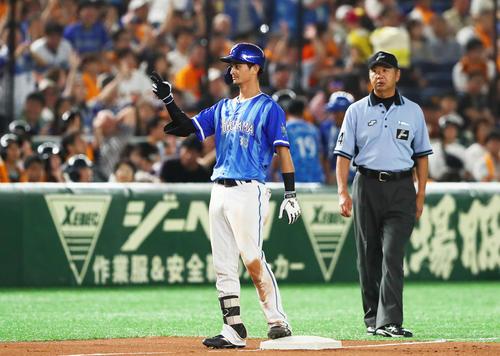 巨人対DeNA 7回表巨人2死二塁、乙坂は適時三塁打を放ちベンチに向かってポーズ(撮影・足立雅史)