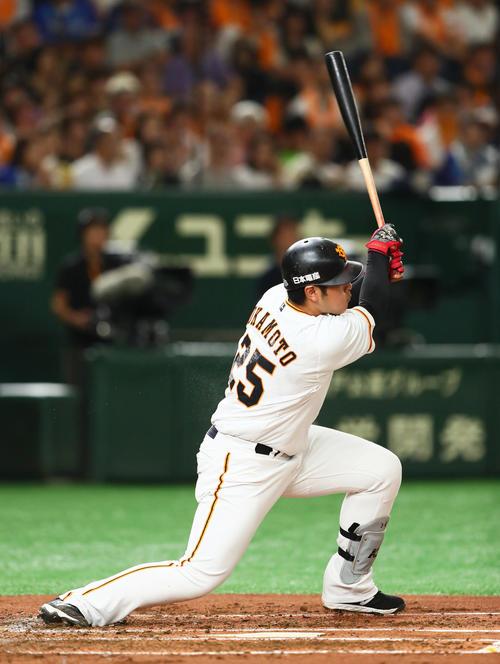 巨人対DeNA 2回裏巨人無死、岡本は二塁打を放つ(撮影・足立雅史)