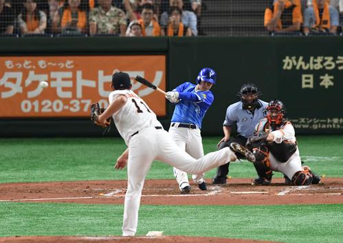 巨人対DeNA 3回表DeNA無死、柴田は右翼へ二塁打を放つ。投手山口(撮影・山崎安昭)