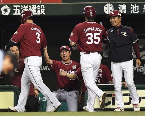 5回表楽天2死二塁、右越え2点本塁打の浅村(左手前)を笑顔で迎える平石監督(中央)(撮影・鈴木みどり)