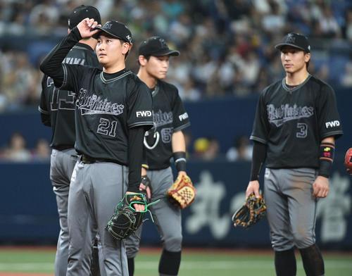 オリックス対日本ハム 6回表日本ハム1死二、三塁、降板する竹安大知(撮影・渦原淳)