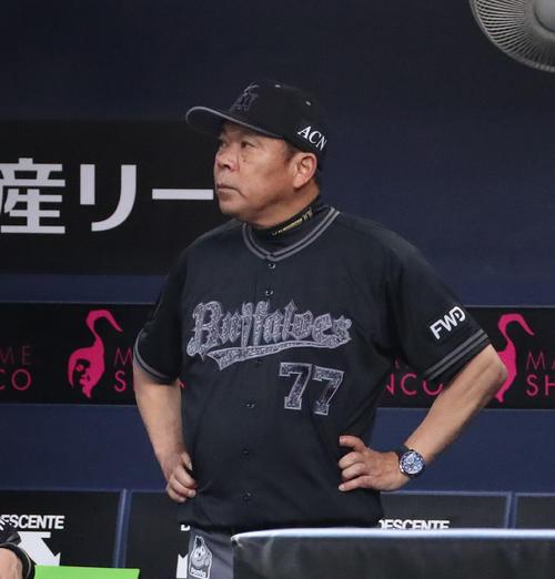 オリックス対日本ハム スコアボードを見上げる西村監督(撮影・白石智彦)