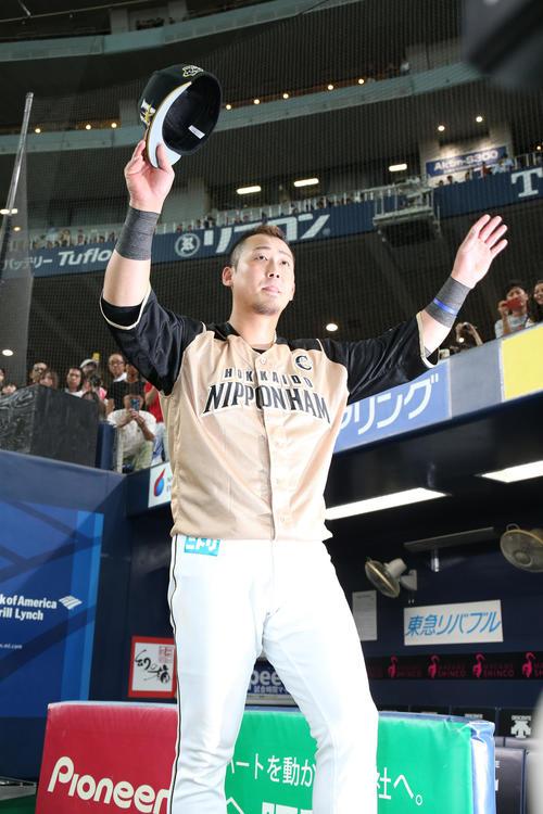 オリックス対日本ハム 復帰戦で3安打2打点の中田は、ファンの声援に両手を上げて応える(撮影・白石智彦)
