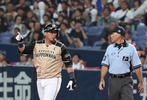 オリックス対日本ハム 7回表日本ハム1死一塁、中田は左翼天井に当たる二塁打を放ち、福家一審に確認する(撮影・白石智彦)