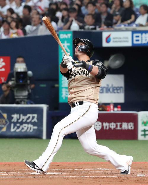 オリックス対日本ハム 7回表日本ハム1死一塁、中田は左翼天井に当たる二塁打を放つ(撮影・白石智彦)