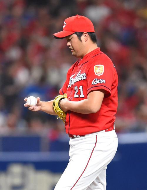 中日対広島 8回裏中日2死一、二塁、ビシエドに中越え2点適時二塁打を打たれた中崎(撮影・森本幸一)