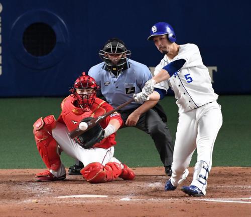 中日対広島 4回裏中日1死一、二塁、阿部は左越え適時二塁打を放つ(撮影・前岡正明)