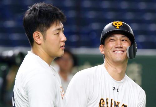 巨人対広島 試合前、巨人岡本(左)と談笑する小林(撮影・垰建太)