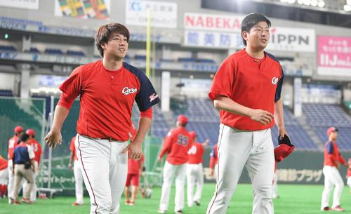 巨人対広島 試合開始前、笑顔で体を動かす広島の野村(左)と大瀬良(撮影・加藤諒)