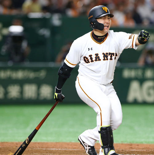 巨人対広島 7回裏巨人2死一塁、豪快に空振りする丸(撮影・垰建太)