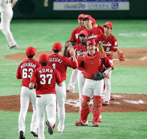 巨人対広島 2-0で勝利し、笑顔でハイタッチする会沢翼(中央)ら広島ナイン(撮影・浅見桂子)