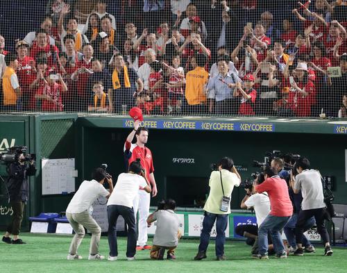 巨人対広島 2-0で勝利し、7回無失点のジョンソンは左翼スタンドのファンに帽子を取ってあいさつする(撮影・浅見桂子)