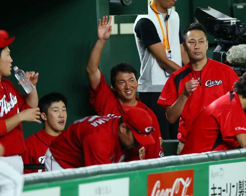 巨人対広島 試合前、巨人ベンチに笑顔で手を振る広島長野(中央)(撮影・垰建太)