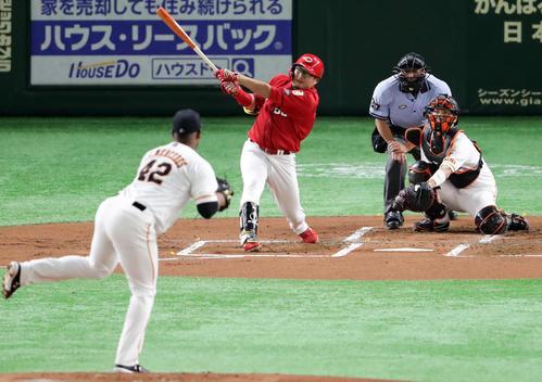 巨人対広島 2回表広島無死、松山は右翼に先制ソロ本塁打を放つ。投手メルセデス(撮影・浅見桂子)
