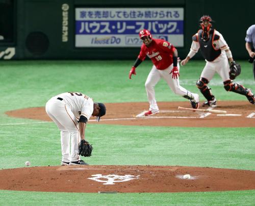 巨人対広島 2回表広島無死一塁、サンタナの足元への打球を捕球するも、足を痛めるメルセデス(撮影・浅見桂子)