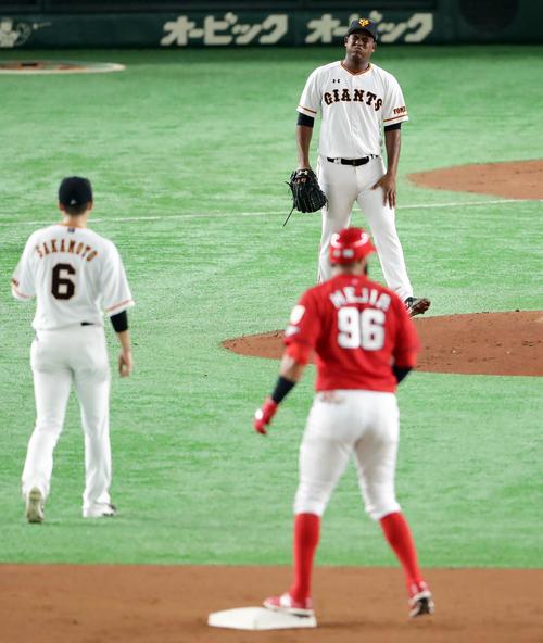 巨人対広島 2回表広島無死一塁、サンタナの足元への打球を捕球し、二塁送球したメルセデスは痛そうな表情(撮影・浅見桂子)