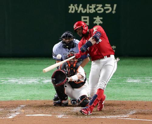 巨人対広島 4回表広島2死、メヒアは左翼ソロ本塁打を放つ。投手メルセデス(撮影・浅見桂子)
