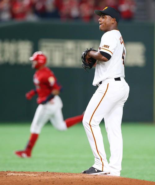 巨人対広島 4回表広島2死、メヒア(左)にソロ本塁打を浴び厳しい表情のメルセデス(撮影・垰建太)