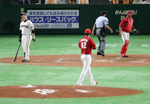 巨人対広島 5回裏巨人2死一、二塁、丸は見逃し三振に倒れ悔しがる。投手ジョンソン(撮影・浅見桂子)