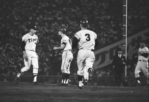 68年9月、阪神対巨人 阪神のジーン・バッキー投手(左端)の2球続けた危険球に、王貞治はバットを持ったまま抗議する。背番号3は長嶋茂雄、右端は荒川博コーチ