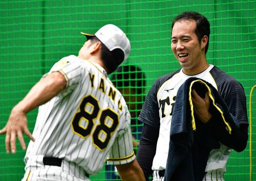 矢野耀大監督(左)の投球フォームのまねに笑顔をみせる青柳晃洋(撮影・清水貴仁)