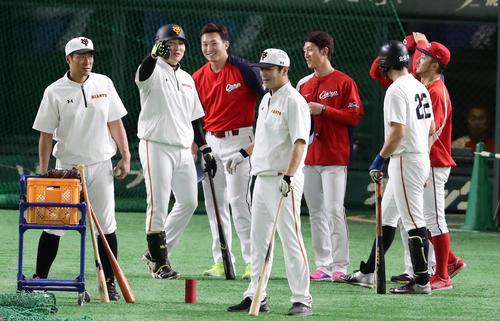 巨人対広島 練習中、丸(左から2人目)は鈴木らと談笑する(撮影・浅見桂子)