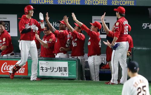 巨人対広島 3回表広島1死、西川は右翼ソロ本塁打を放ち笑顔でナインとハイタッチ(撮影・浅見桂子)
