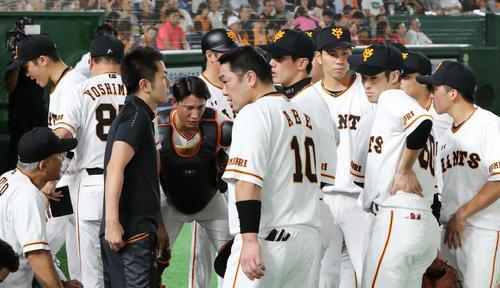 巨人対広島 3回裏巨人、ベンチ前で円陣を組む巨人の選手たち(撮影・垰建太)