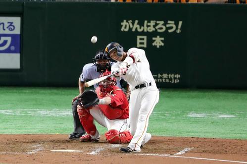 巨人対広島 5回裏巨人1死一塁、坂本勇は逆転2点本塁打を放つ。投手野村(撮影・浅見桂子)