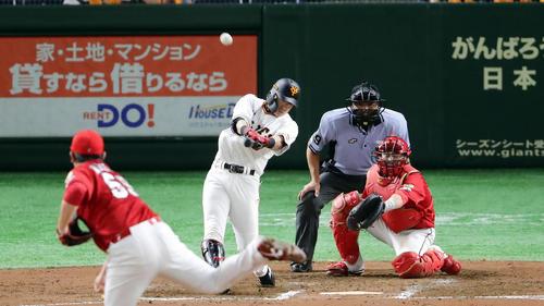 巨人対広島 6回裏巨人2死二塁、亀井は右翼2点本塁打を放つ。投手菊池保(撮影・浅見桂子)
